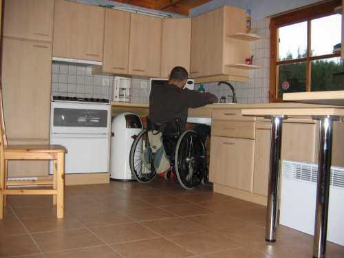 Guide accessible pour personnes handicap es hebergement Hauteur evier cuisine